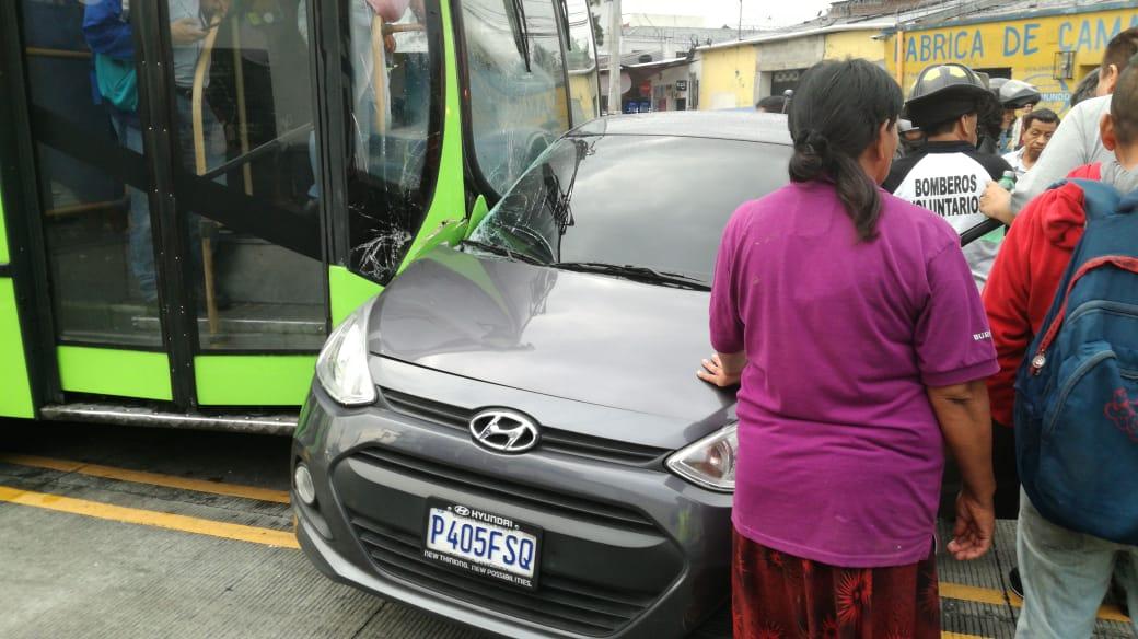 Conductora de vehículo resulta herida al intentar cruzar en vía del Transmetro