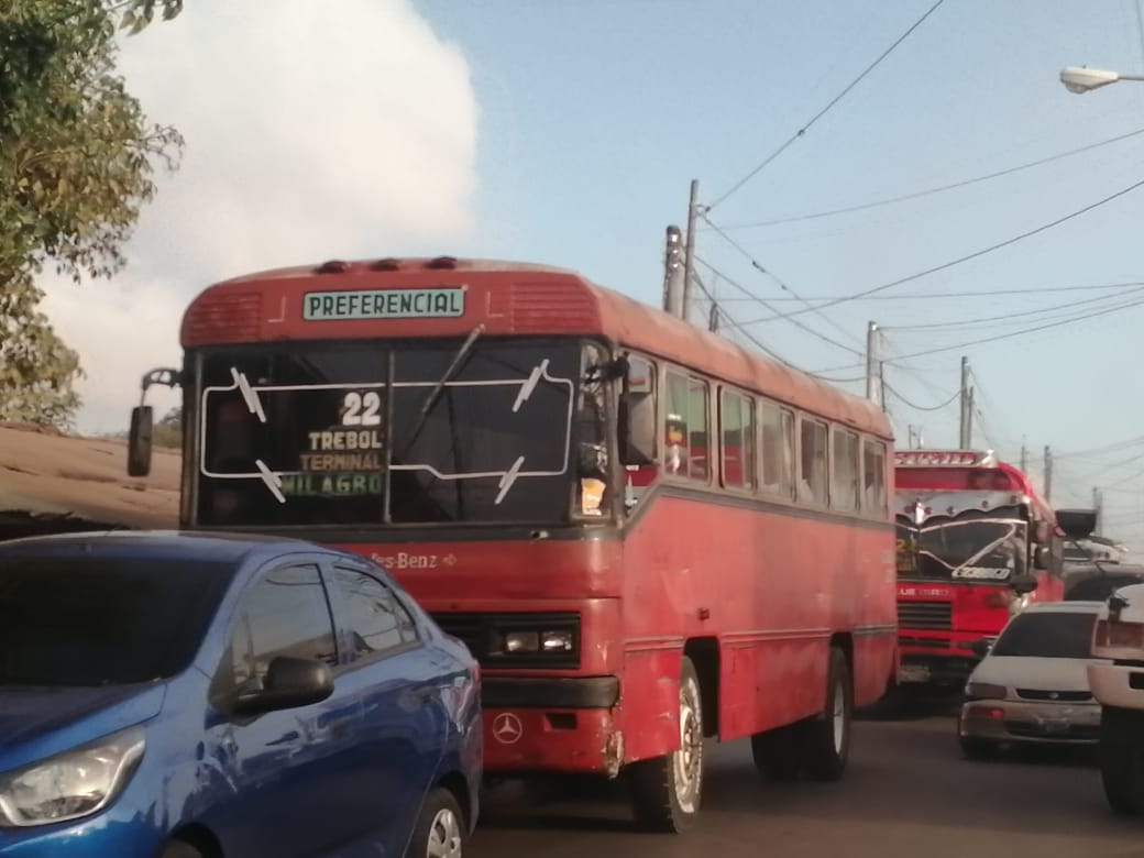 Pilotos de buses de la ruta 22 paralizan el servicio por extorsiones