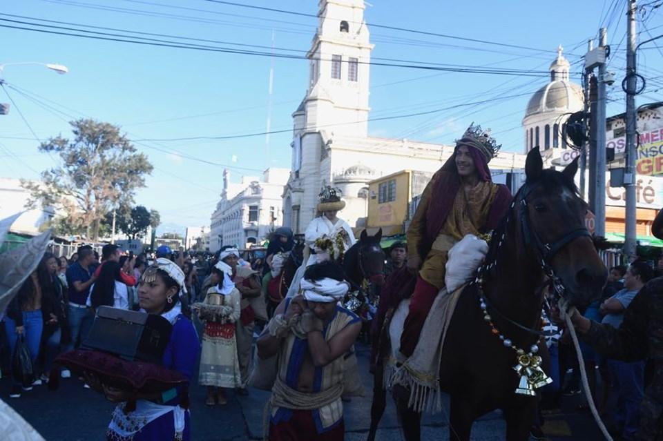 Reyes Magos entregan regalos a niños en el Paseo de la Sexta