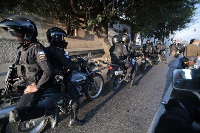 Agentes motorizados de la PNC repelen a balazos un asalto en Izabal