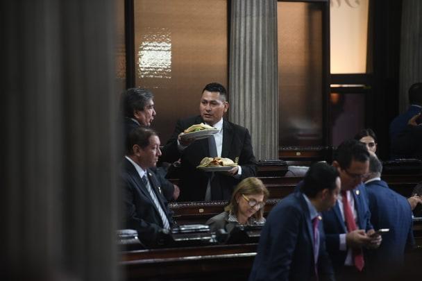 Diputados asisten a la tercera sesión plenaria entre chicharrones
