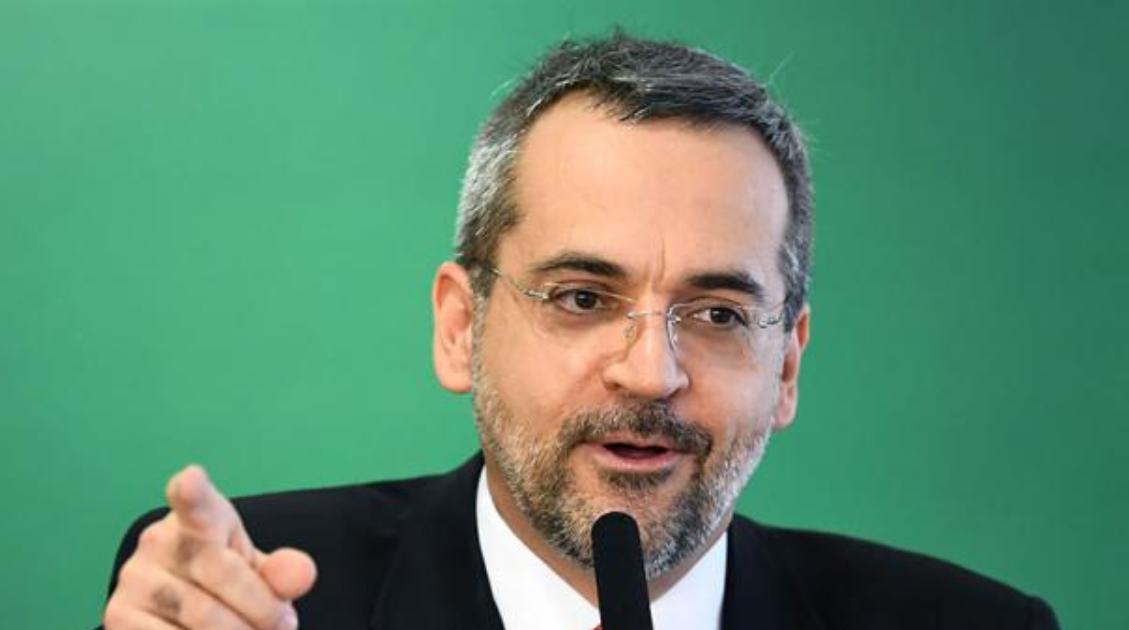 Critican a un ministro de Educación por faltas ortográficas