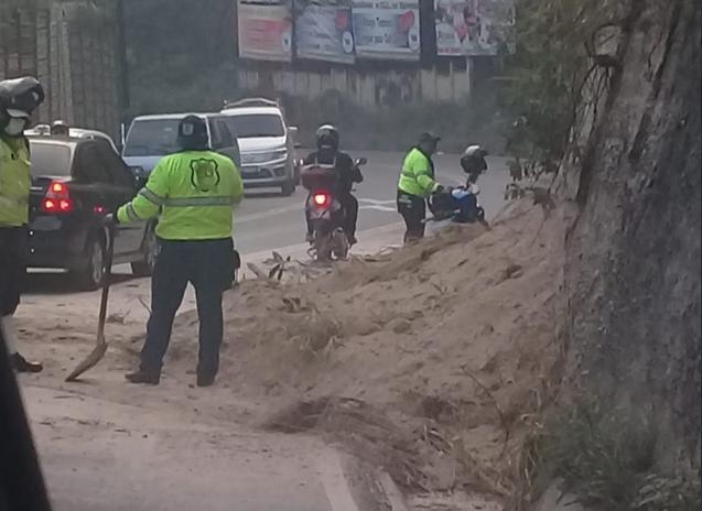 Derrumbe en Boca del Monte deja a un motorista herido y complica tránsito