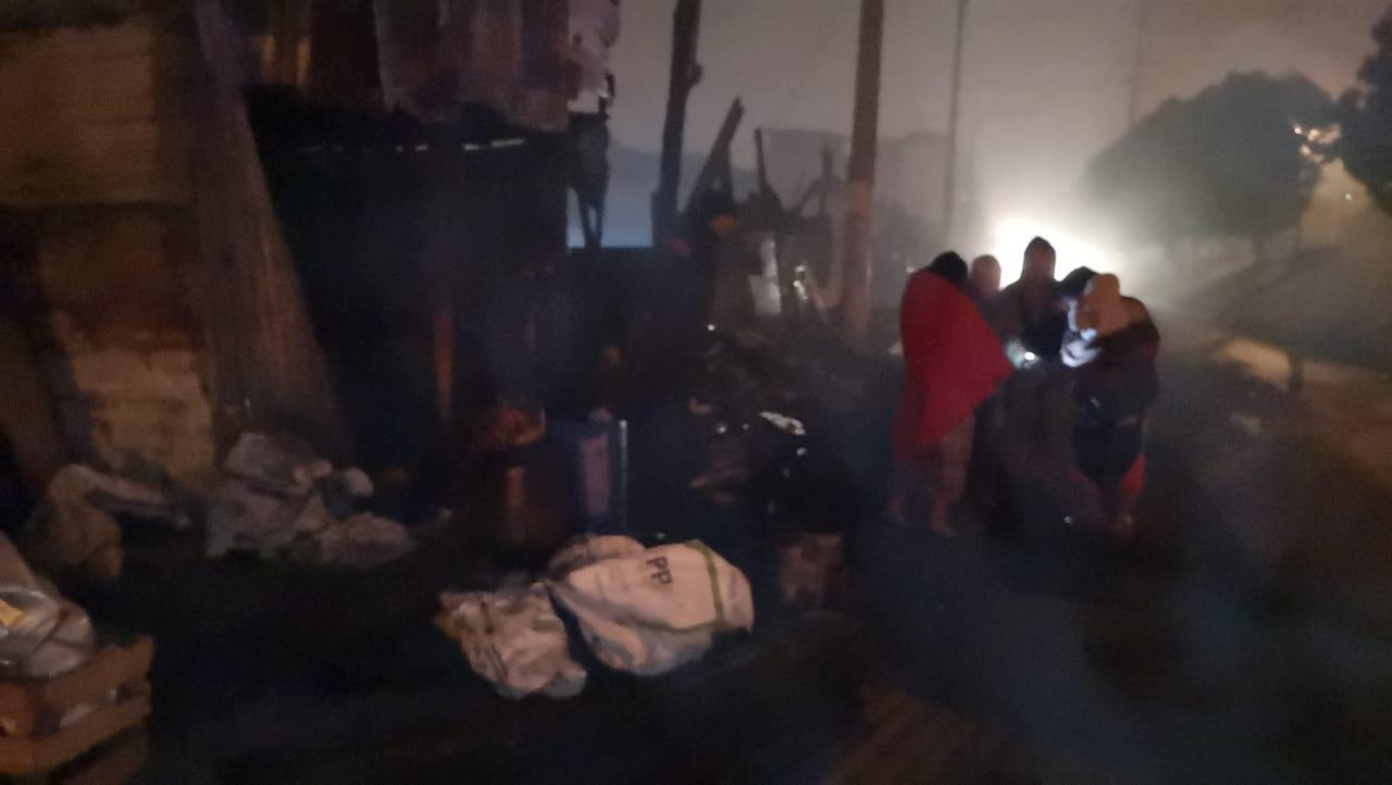 Familias víctimas de incendio en la Terminal amanecen en la calle