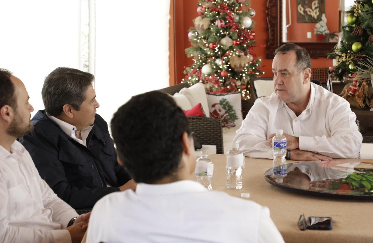 Giammattei viaja a Honduras y visita a Juan Orlando Hernández