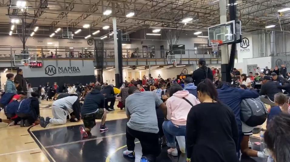 Momento en que alumnos de la academia de Kobe Bryant reciben la trágica noticia de su muerte