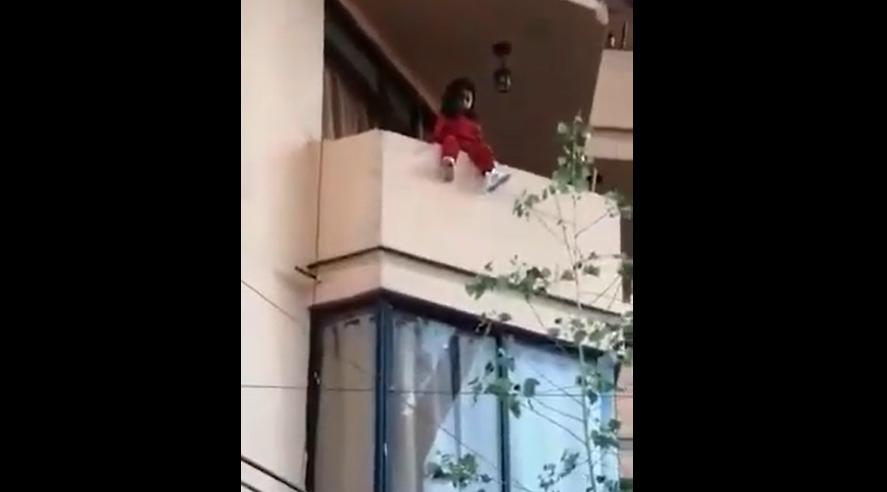 Rescatan a niña que estuvo a punto de caer de balcón de edificio