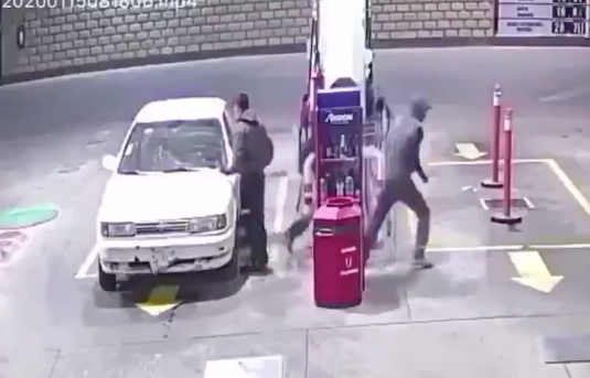 VIDEO: asaltantes balean a conductor en una gasolinera