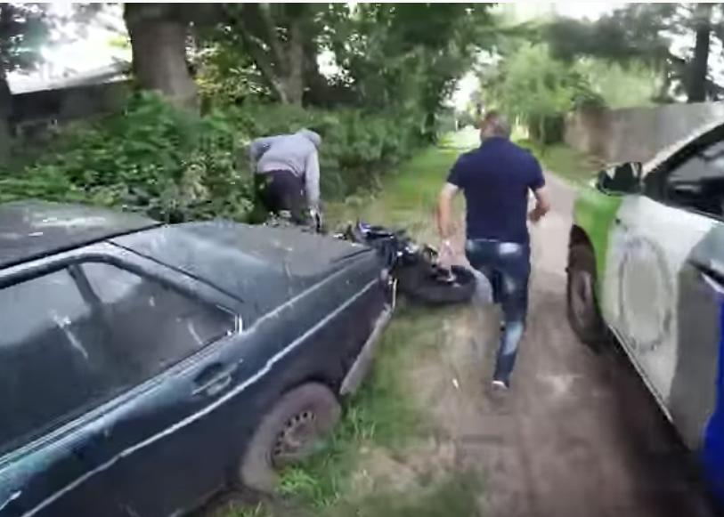 Víctima graba a motoladrón, lo persigue y logra que policía lo capture
