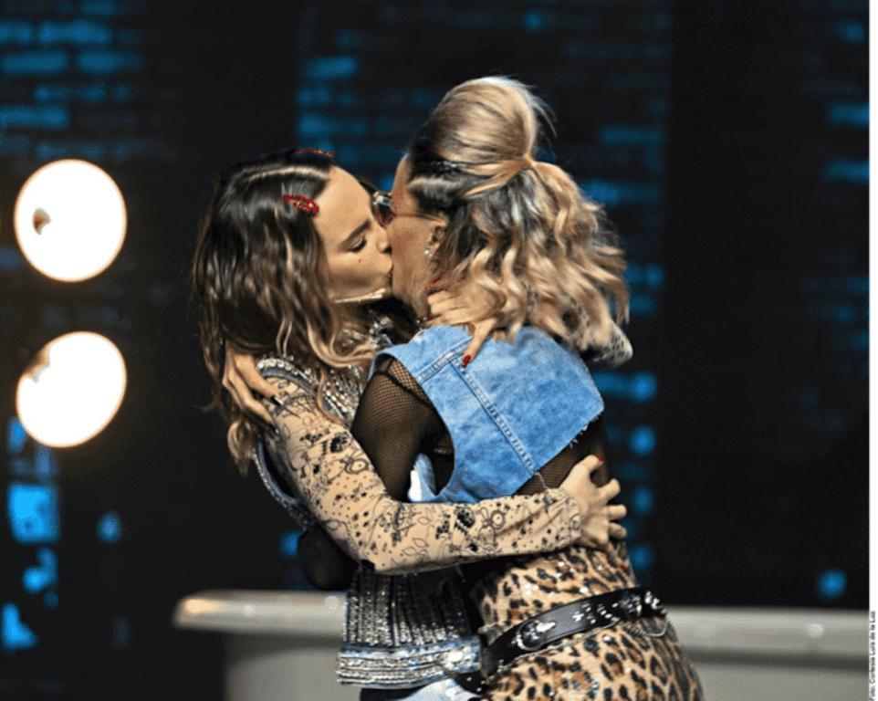 Belinda besa una mujer