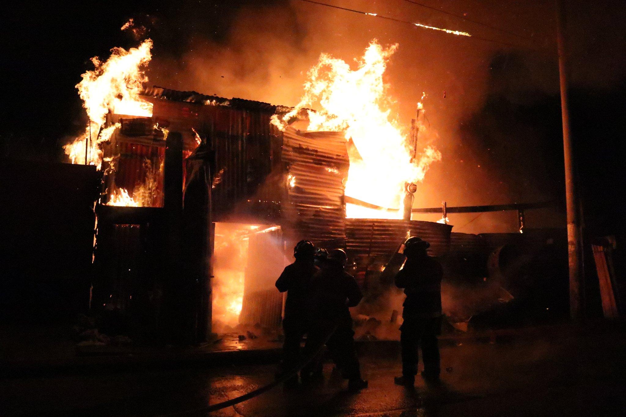 Incendio consume varios comercios en La Terminal
