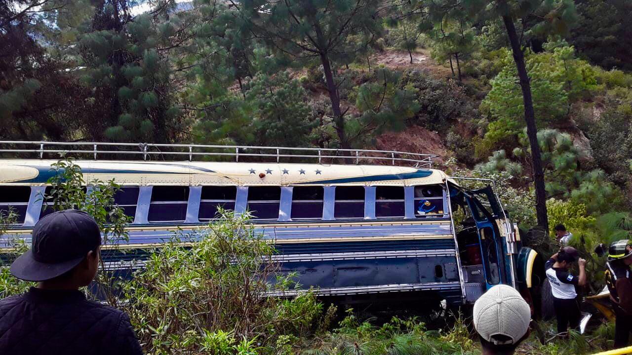 Bus cae a barranco, piloto muere y pasajeros resultan heridos