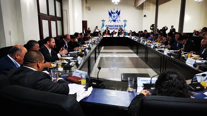 Diputados hablan sobre propuesta de llegar almorzados, uno de ellos fue Álvaro Arzú Escobar