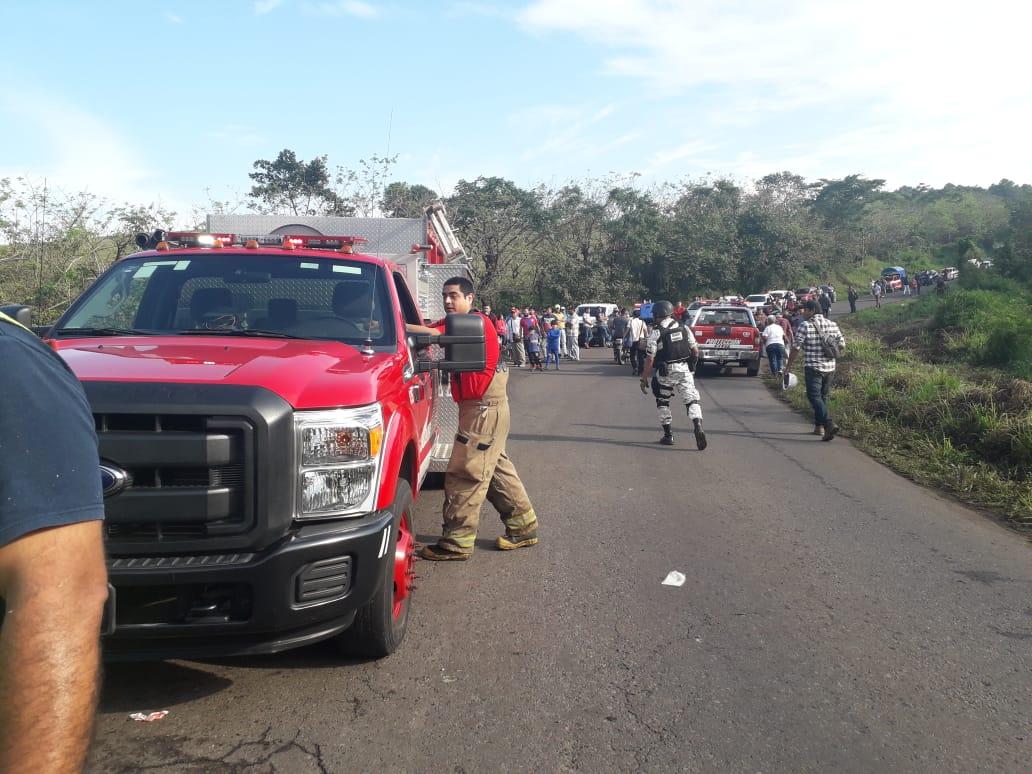 Vuelca vehículo con migrantes en Veracruz; un muerto y 45 lesionados