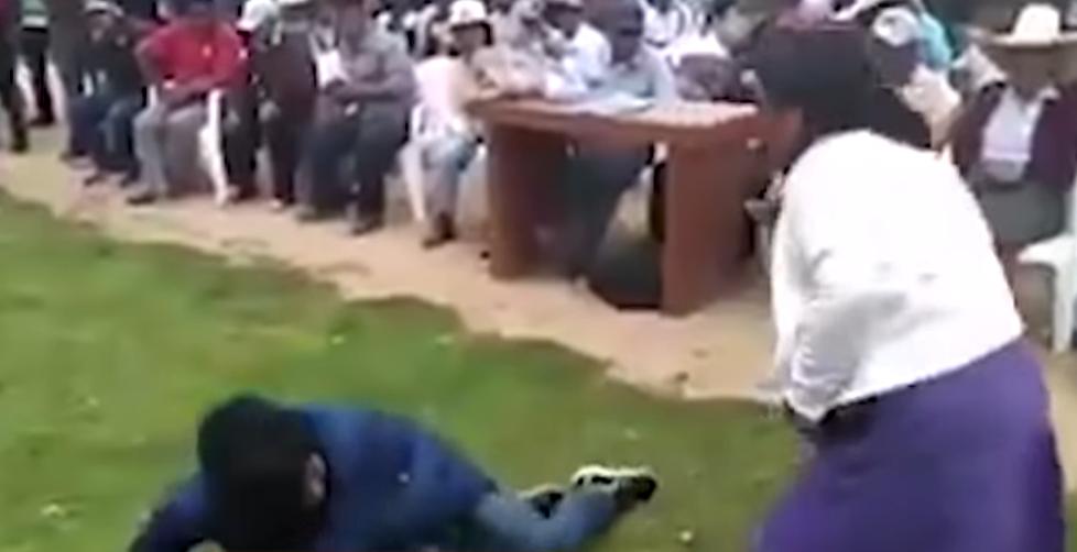Madre agarra a latigazos a su hijo por robar un celular