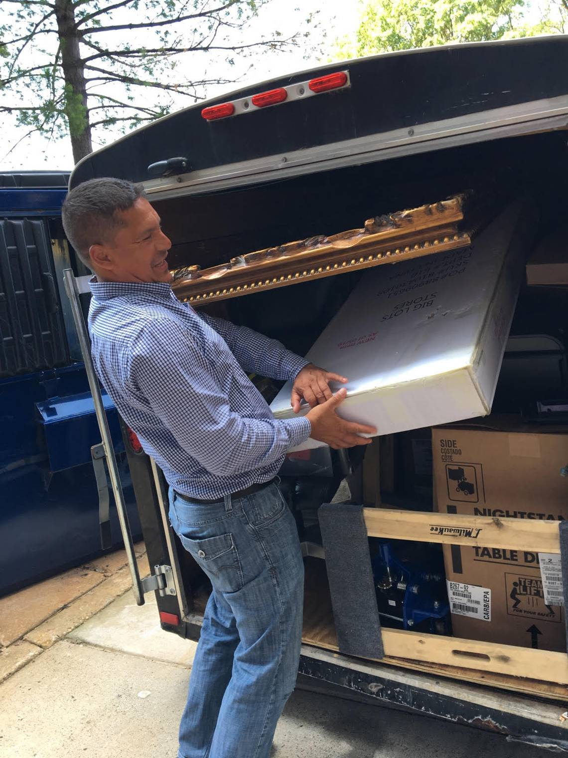 Boris Ochoa, de 48 años quien huyó hace 30 años de Guatemala ayudó a Thelma Aldana con algunos muebles para su apartamento.  Foto Miami Herald