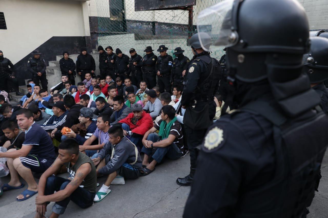 Realizan 63 allanamientos y requisan la cárcel de Chimaltenango