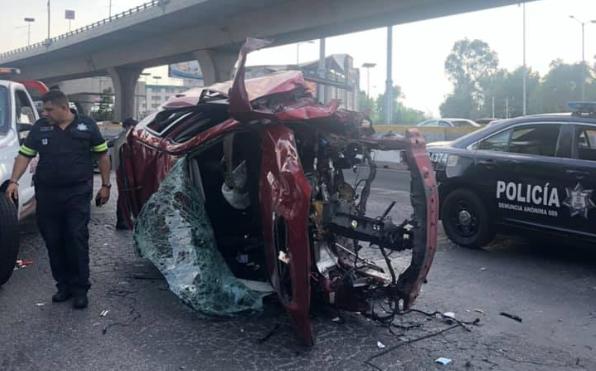 VIDEO: conductor sale expulsado de vehículo tras chocar contra muro