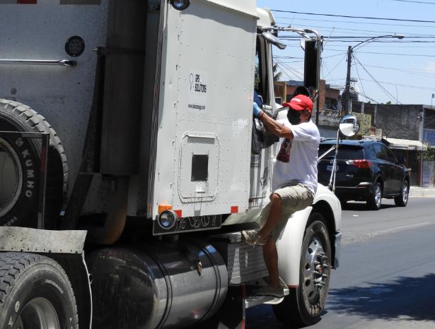 Familia realiza noble gesto con camioneros por abastecer comercios