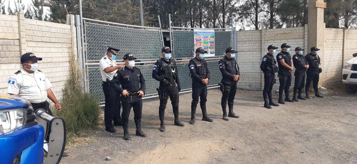 Un contingente de la PNC custodia entrada al Hospital de Villa Nueva