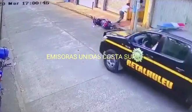 pareja deja tirada motocicleta y evitan ser capturados por toque de queda