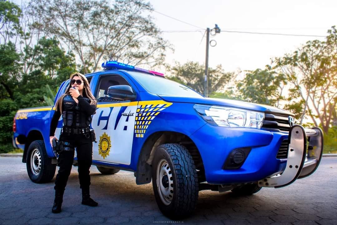 Utilizan patrulla para sesión de fotos, PNC asegura que investiga el hecho