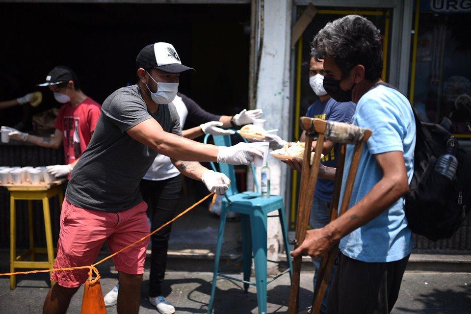 En medio de la emergencia regalan alimentos, esta es la iniciativa y labor humanitaria