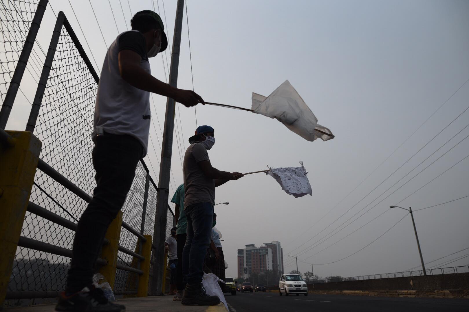 VIDEO | Con bandera blanca vecinos de asentamiento ayuda para comer