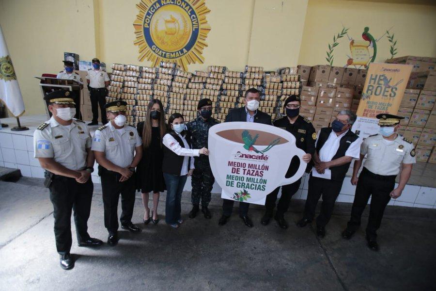 Anacafé dona medio millón de tazas de café para agente de la PNC