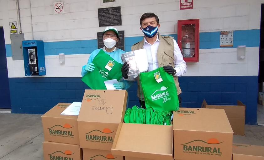 Banrural dona kits de ropa para migrantes retornados que se encuentran en cuarentena