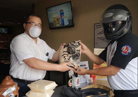 Bomberos Voluntarios que quedaron desempleados reparten comida en Panajachel