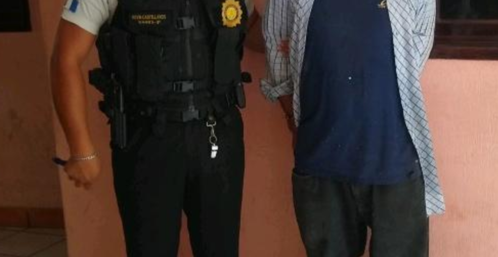 Hombre es capturado cuando golpeaba a su papá de 84 años