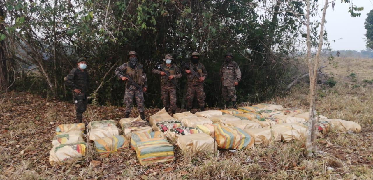 Ejército localiza alijo de presunta droga en la Laguna del Tigre, Petén