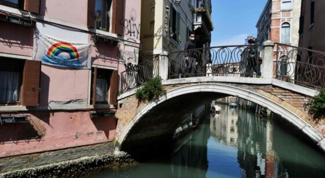 En cuarentena una ciudad italiana tras celebración de funeral en plena pandemia