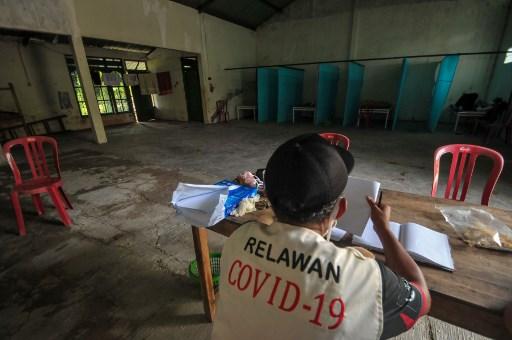 """Indonesios que infringen cuarentena son encerrados en """"casa embrujada"""""""