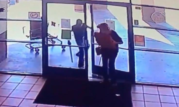 Hombre ataca brutalmente con un tubo a mujer de 77 años para robarle una pizza