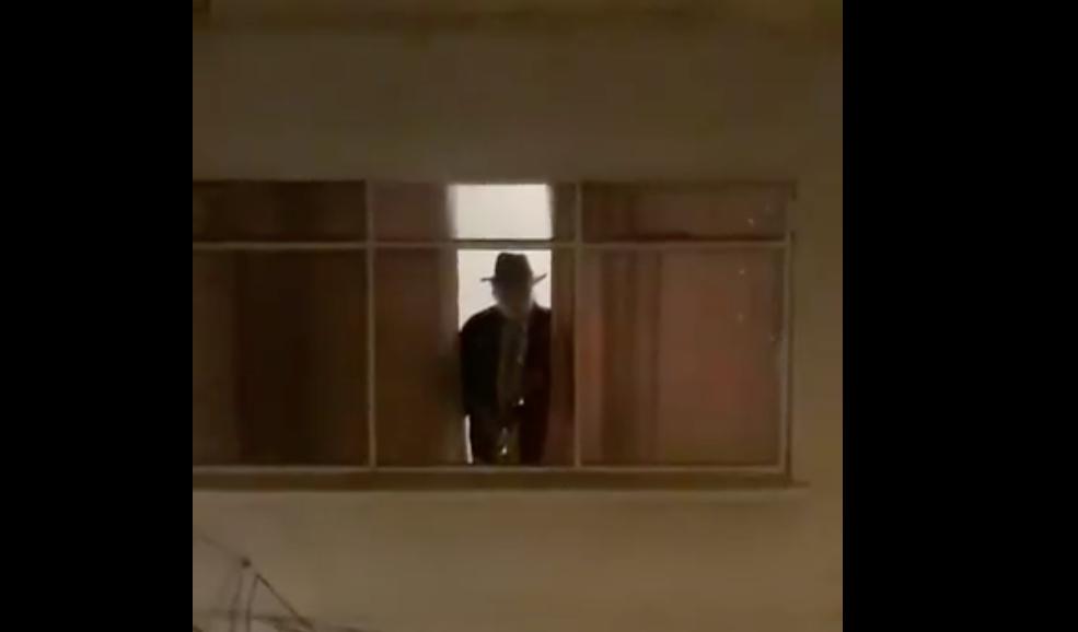 VIDEO: durante confinamiento un guatemalteco toca el saxofón desde su ventana