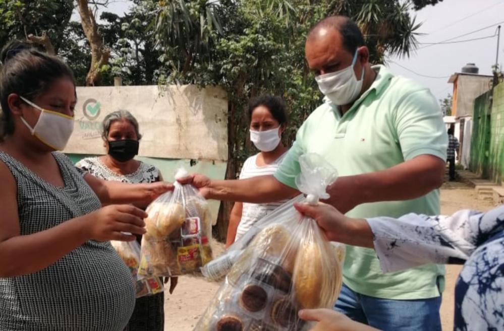 Vecinos se organizan y reparten alimentos a personas afectadas por el confinamiento del coronavirus