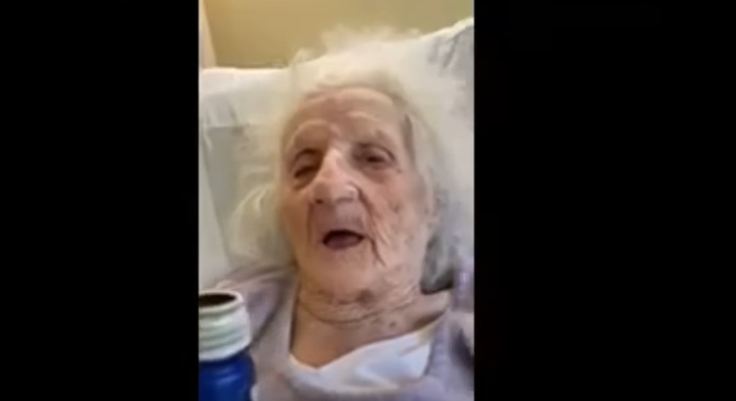 VIDEO   Con cerveza en mano abuelita de 103 años celebra que venció al COVID-19