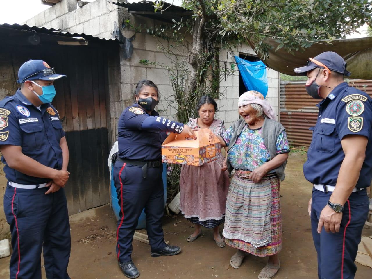 El noble gesto de bomberos al compartir donaciones con los más necesitados