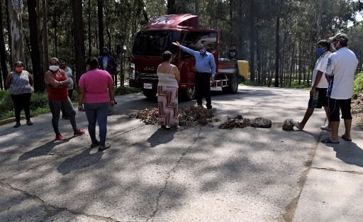 Pobladores bloquean el ingreso al hospital de Villa Nueva