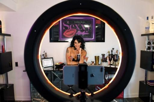 FOTOS: Striper de Las Vegas transmite su espectáculo en línea