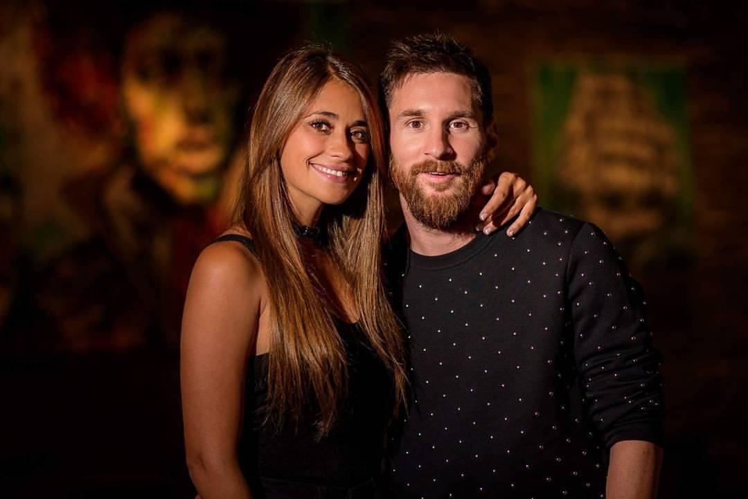 El apasionado beso de Messi y Antonella en el nuevo sencillo de Residente
