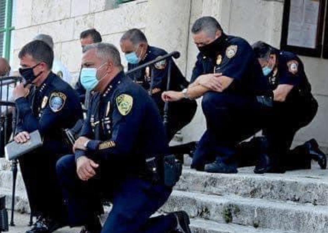 Policías de Miami reciben de rodillas a manifestantes y estos se unen con fraternal abrazo