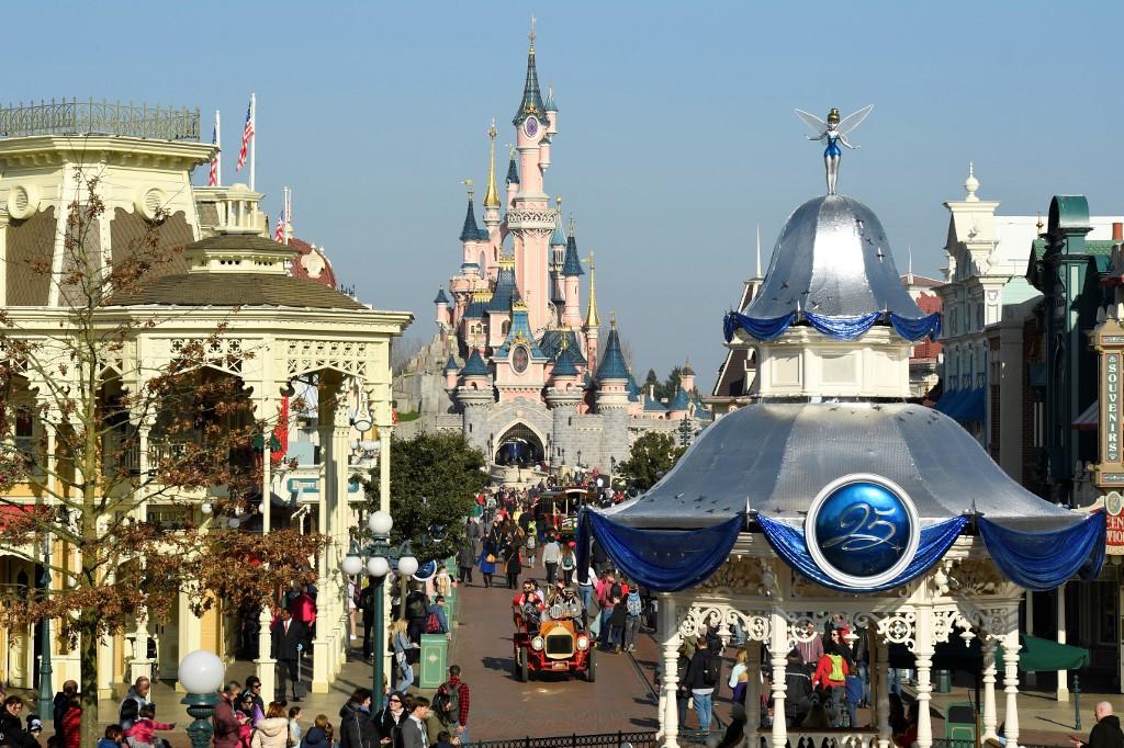 Nueva espera para abrir Disneyland en California por récord de casos de COVID-19