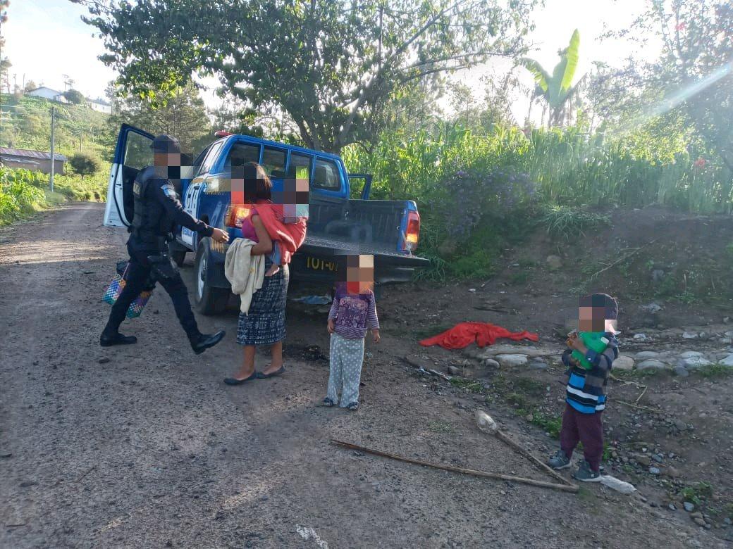 Mujer con sus hijos piden ayuda a la policía para sacar sus pertenencias tras violencia intrafamiliar