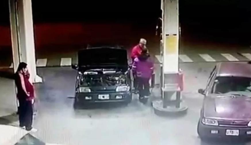 VIDEO | Trabajador de gasolinera le pide a hombre utilizar mascarilla, este le da un puñetazo