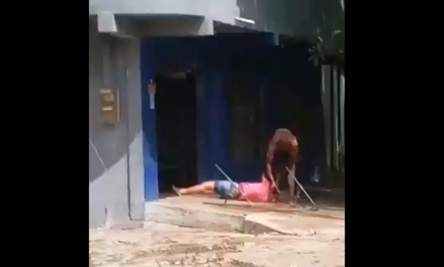 VIDEO | Hombre saca a mujer de vivienda, la arrastra y la golpea