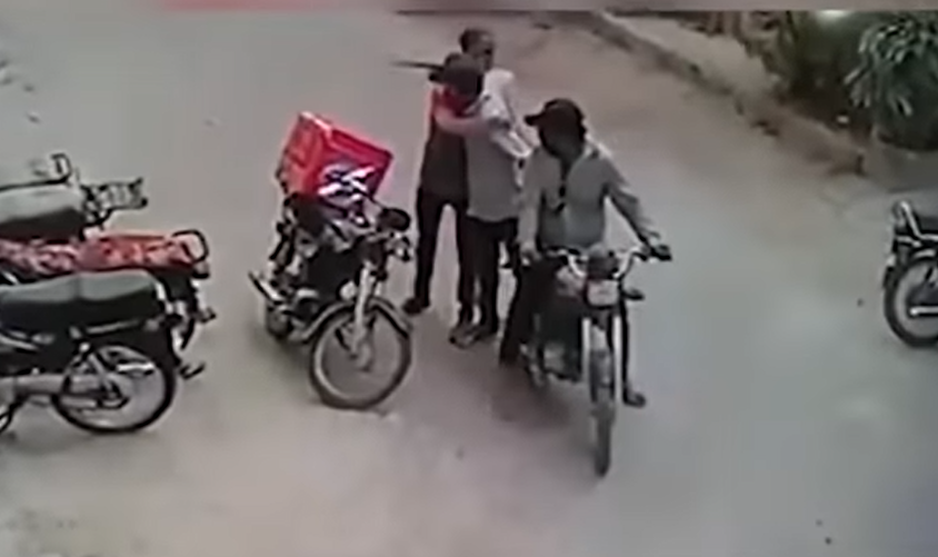 VIDEO | Ladrones devuelven objetos robados a una persona al verlo llorar