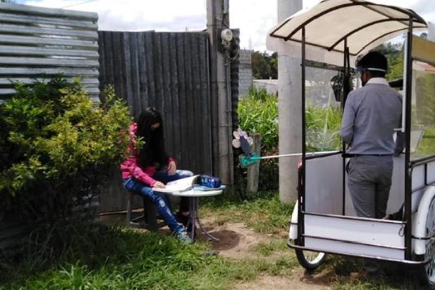 Maestro transforma triciclo en escuela móvil para llegar a dar clases a sus alumnos
